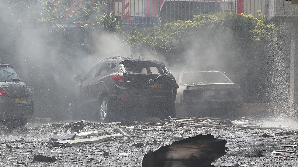 מכוניות עלו באש בחניון הבניין (צילום: שאול גולן ) (צילום: שאול גולן )