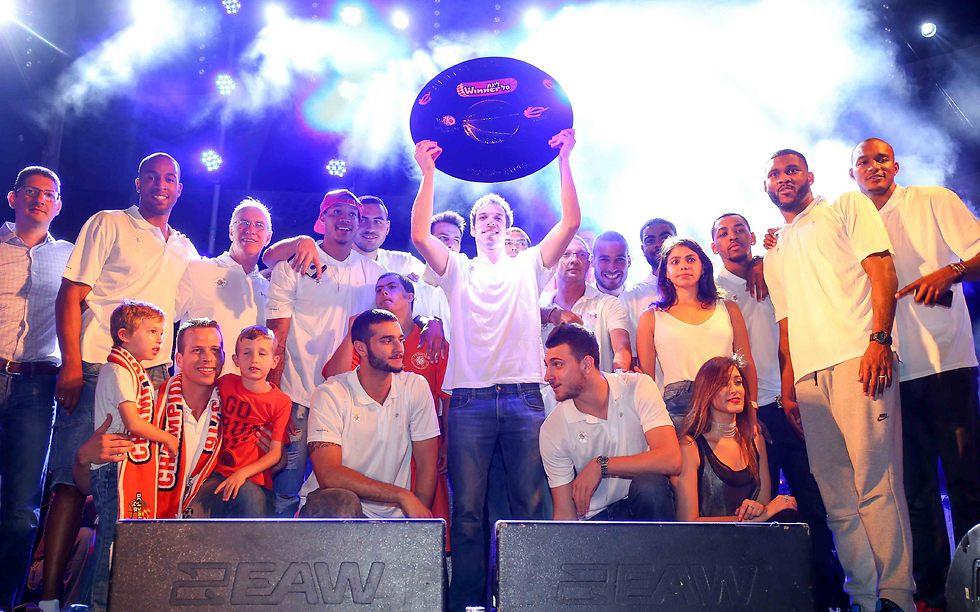 """מכבי ראשל""""צ חוגגת אליפות בלי דרוקר (צילום: ראובן שוורץ) (צילום: ראובן שוורץ)"""