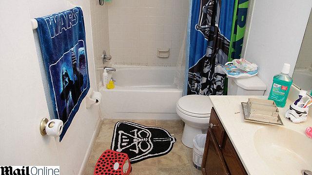 פריטים ממלחמת הכוכבים באמבטיה (צילום: דיילי מייל) (צילום: דיילי מייל)