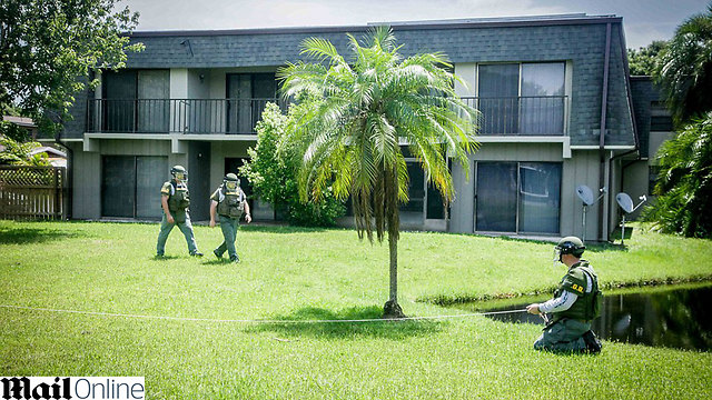 כוחות הביטחון מחוץ לבית בפלורידה (צילום: דיילי מייל) (צילום: דיילי מייל)