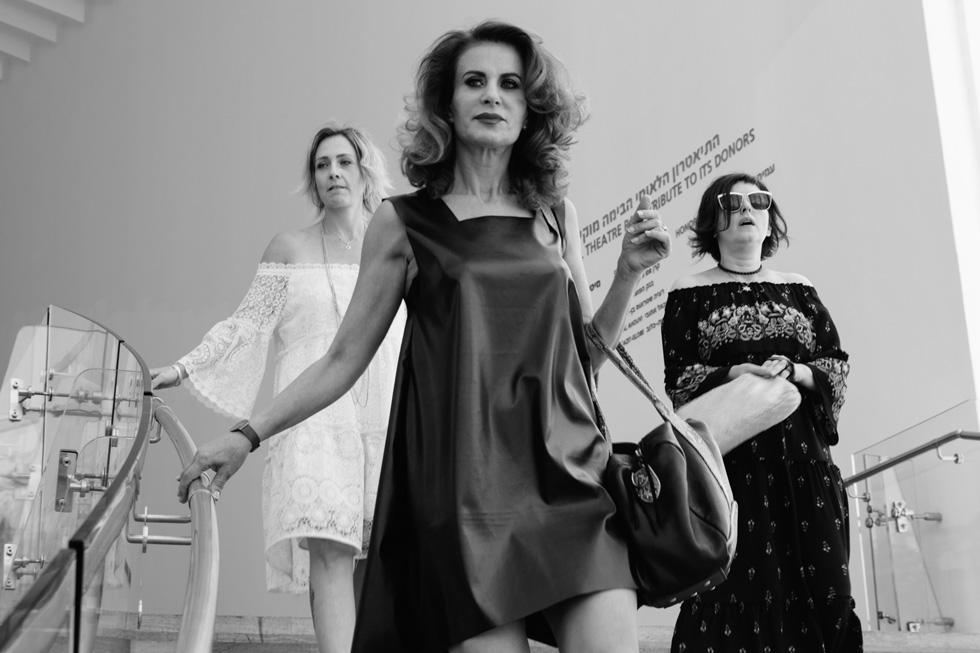 """רובי פורת שובל בשמלה שחורה מחומר דמוי עור. """"אני רוצה לפתוח מקום שבו אוכל לעזור לנשים שעברו את מה שאני עברתי"""", אומרת המעצבת (צילום: רונה בר)"""