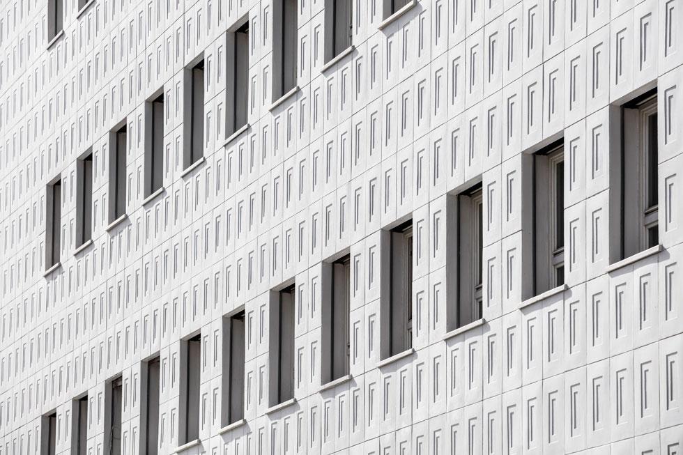 החיפוי נשמר גם בחידוש הבניין. היות שחלק מהלוחות לא שרדו את השנים (חלקם נסדקו, חלקם התפוררו), לצורך החידוש שוחזרו התבניות המקוריות ונוצקו לוחות בטון חדשים, המהווים כשליש מלוחות החיפוי הנוכחי. קשה לזהות מה מקורי ומה חדש (צילום: עמית גרון)