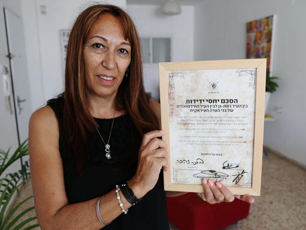 """זהבה ברכה והתעודה שקיבלה בעקבות ההסכם עם עיריית רמת גן. """"אנחנו העיר הווירטואלית הראשונה בעולם"""" (צילום: שאול גולן)"""