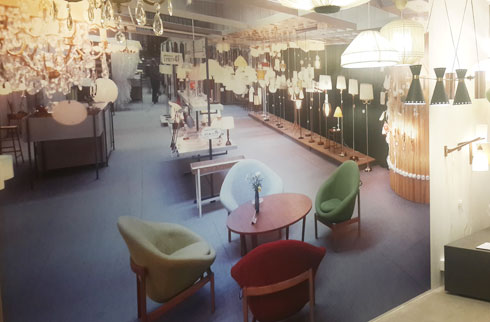 תצלום קיר גדול מהימים הראשונים מזכיר את מחלקת התאורה ב''הום סנטר'' של היום (צילום: ענת ציגלמן)