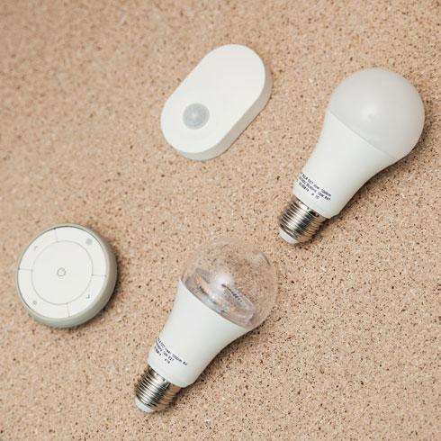 נורות חכמות שמשנות גוון ועוצמה באמצעות שלט רחוק (צילום: באדיבות IKEA)