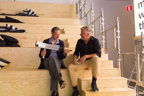 מרקוס אינגמן, המעצב הראשי של איקאה (מימין) וטום דיקסון, עם בסיס האלומיניום החדש (צילום: באדיבות IKEA)
