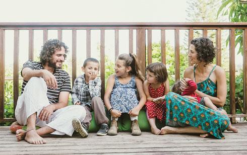 """עם דן והילדים. """"אני אוהבת ללדת"""" (צילום: איילת זיק־אל)"""