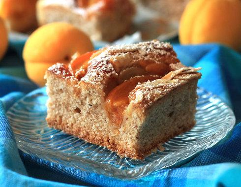 ויש גם עוגת משמשים בחושה עם שקדים! לחצו על התמונה כדי לעבור למתכון (צילום: אורלי חרמש)