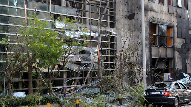 זירת פיצוץ בביירות של סניף בנק שסגר את ברז המזומנים לחיזבאללה (צילום: AP)