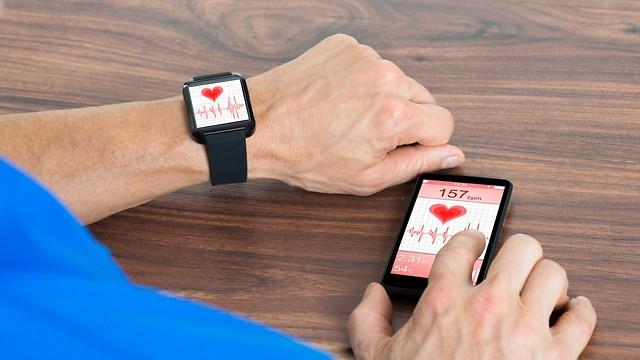 מנטרים את קצב הלב. מי מרוויח מאיסוף המידע (צילום: shutterstock)