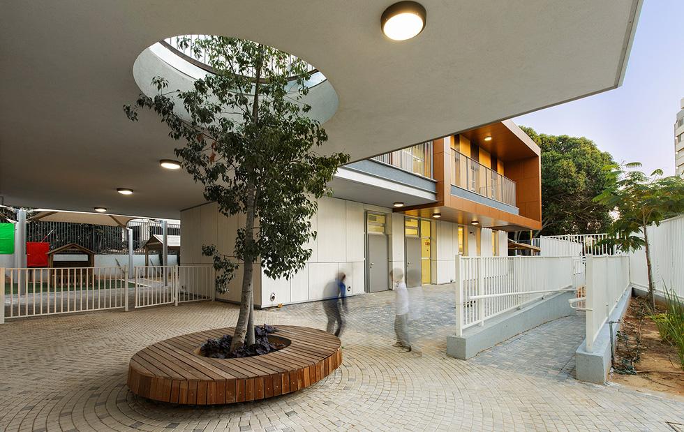 אשכול גנים ברחוב גונן בגבעתיים: העץ מתחיל בקומת הכניסה - וראשו בשמיים (צילום: עמית האס)