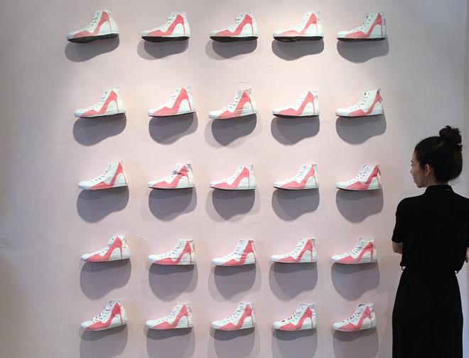 התייחסות אחרת לנעלי העקב. דניאלה להבי (צילום: יערה קידר)