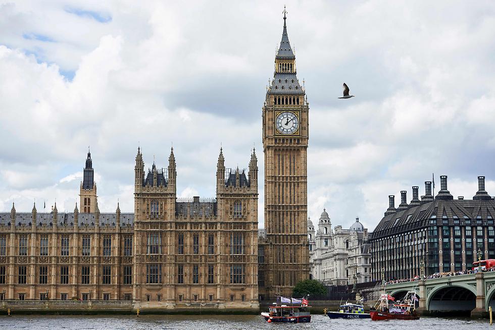 הקמפיין בעד ונגד היציאה מהאיחוד האירופי הגיע גם לנהר התמזה על רקע הביג בן (צילום: AFP) (צילום: AFP)
