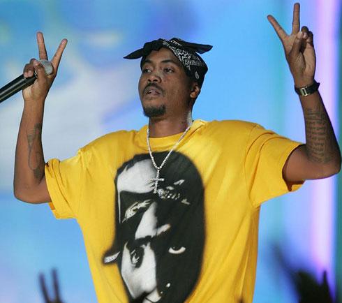 Nas לובש חולצה עם הדפס פרצופו של טופאק, במופע מחווה לראפר שנרצח (צילום: Gettyimages)
