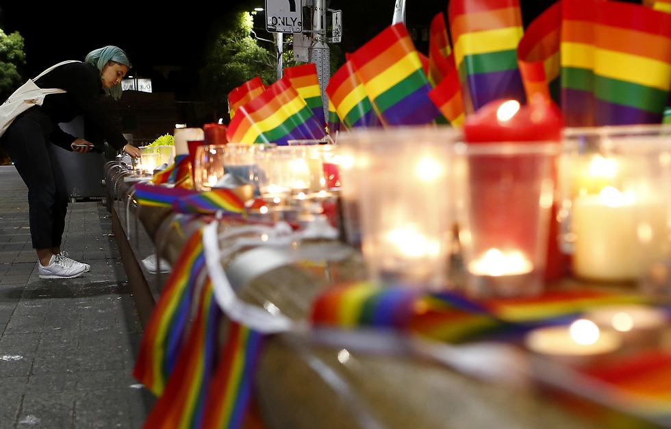 מדליקים נר בסידני, אוסטרליה, לזכר קורבנות הטבח באורלנדו (צילום: GETTYIMAGES)