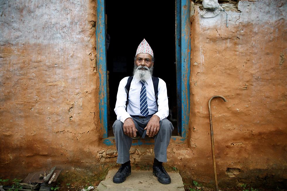 כבר בן 68, אבל לבוש לבית הספר. נפאל (צילום: רויטרס)
