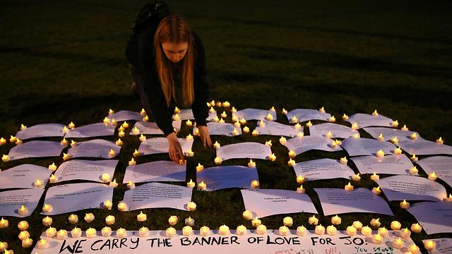 בוכים על ג'ו קוקס, חברת הפרלמנט שנרצחה בבריטניה (צילום: רויטרס)