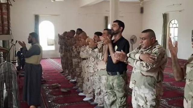 חיילים מתפללים לאחר כיבוש העיר ()
