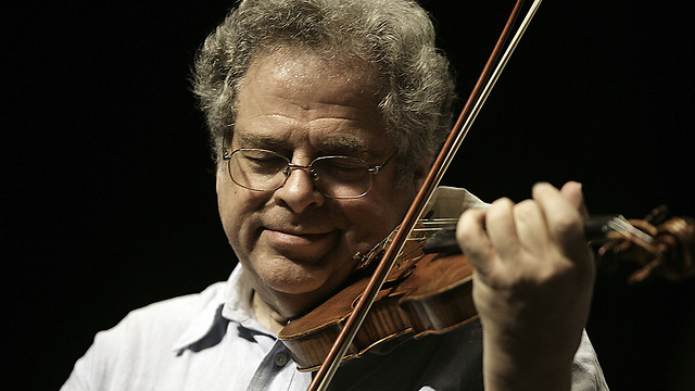 Perlman performing (Photo: AP)
