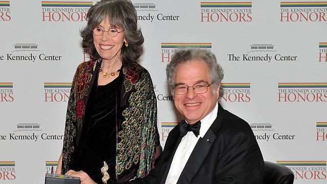 Perlman with wife, Toby, at 2010 Kennedy Center Honors (Photo: AFP)
