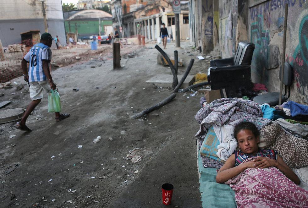 ילדה מקבצת נדבות בפינת הרחוב (צילום: gettyimages) (צילום: gettyimages)