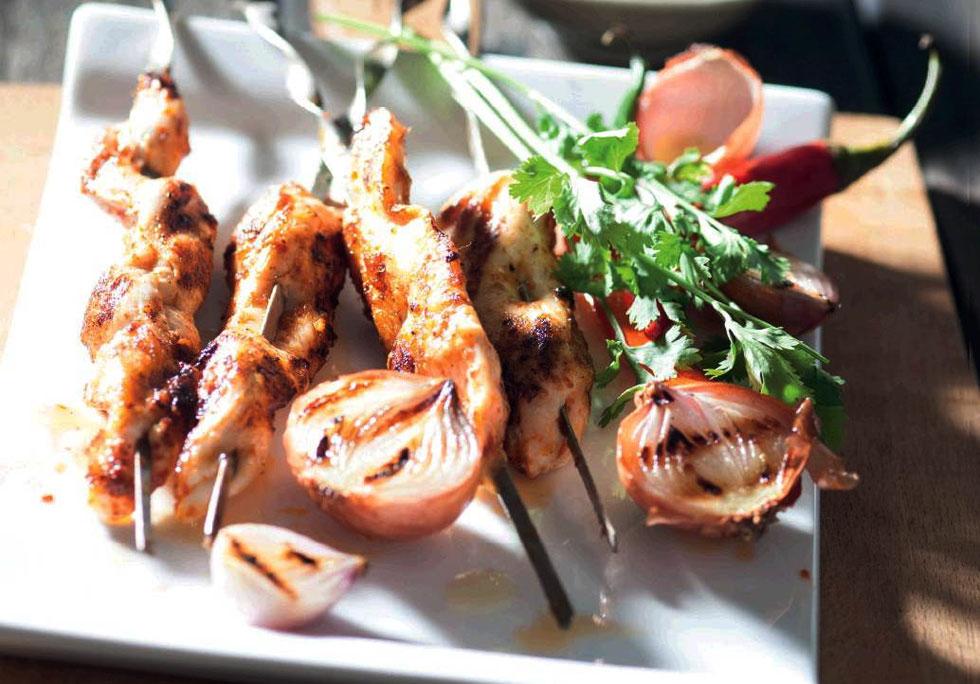 שיפודי עוף במחבת ברוטב קארי אדום (צילום: דני לרנר, סגנון: פסי ברניצקי)