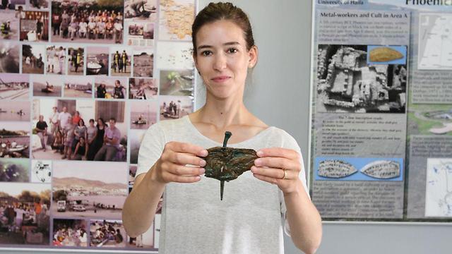 מעין כהן עם אחד המסמרים (צילום: באדיבות אוניברסיטת חיפה)