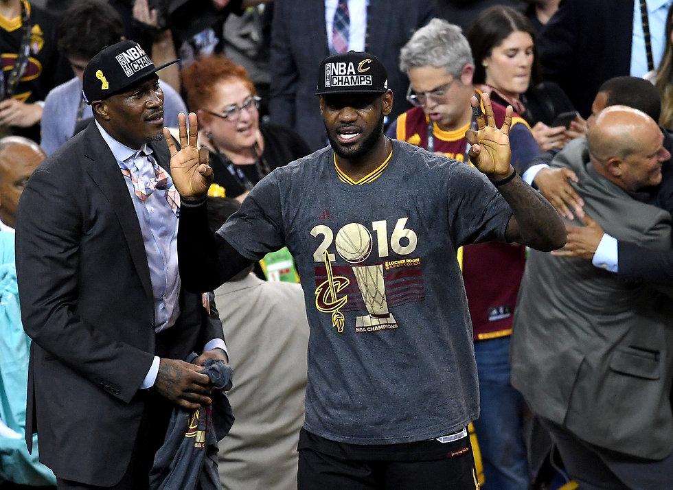היו ימים. לברון חוגג אליפות (צילום: AFP) (צילום: AFP)