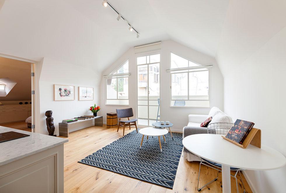 הדירה בקומת הגג. השיפוץ ארך כשנתיים, ונעשה בידי יזם נדל''ן שקנה את המבנה, ובליווי צמוד של מחלקת השימור של עיריית חיפה (צילום: אייל תגר)