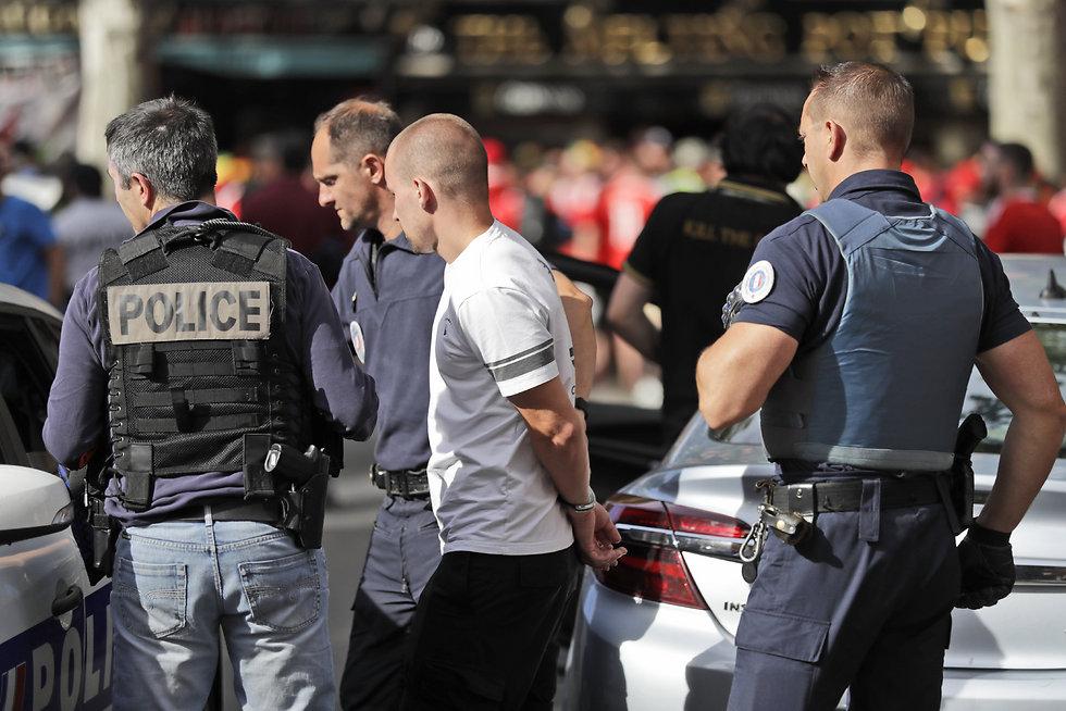 מעצר חוליגנים רוסים באליפות אירופה בצרפת לפני שנתיים (צילום: AP) (צילום: AP)