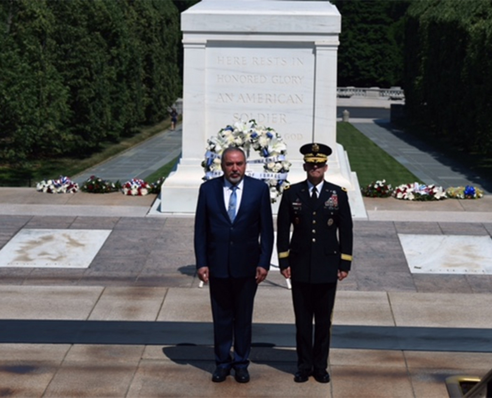 ליברמן מניח זר באנדרטת החייל האלמוני בבית העלמין הצבאי שבארלינגטון (צילום: אריאל חרמוני, משרד הביטחון) (צילום: אריאל חרמוני, משרד הביטחון)