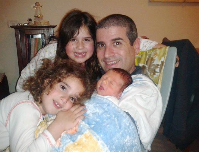 """אחרי הולדתו של הבן, גלעד. """"זוהר הוא אבא נוכח בחיי הילדים"""" (צילום: מתוך האלבום המשפחתי)"""