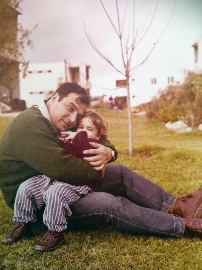 """עם אביה בקיבוץ. """"ילדות יפה"""" (צילום: מתוך האלבום המשפחתי)"""
