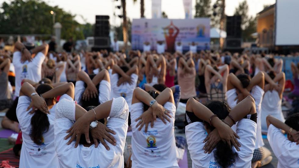 משתתפים ביום היוגה הבינלאומי בתל אביב, היום (צילום: רפאל פינקס)