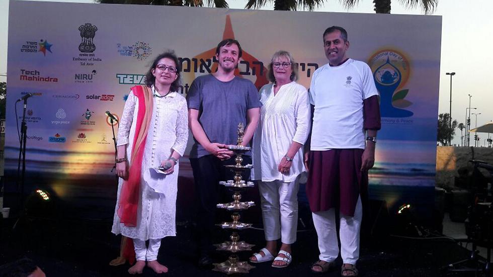 שגריר הודו בישראל, פאבאן קאפור (מימין). גם הוא מתרגל יוגה (צילום: שגרירות הודו)
