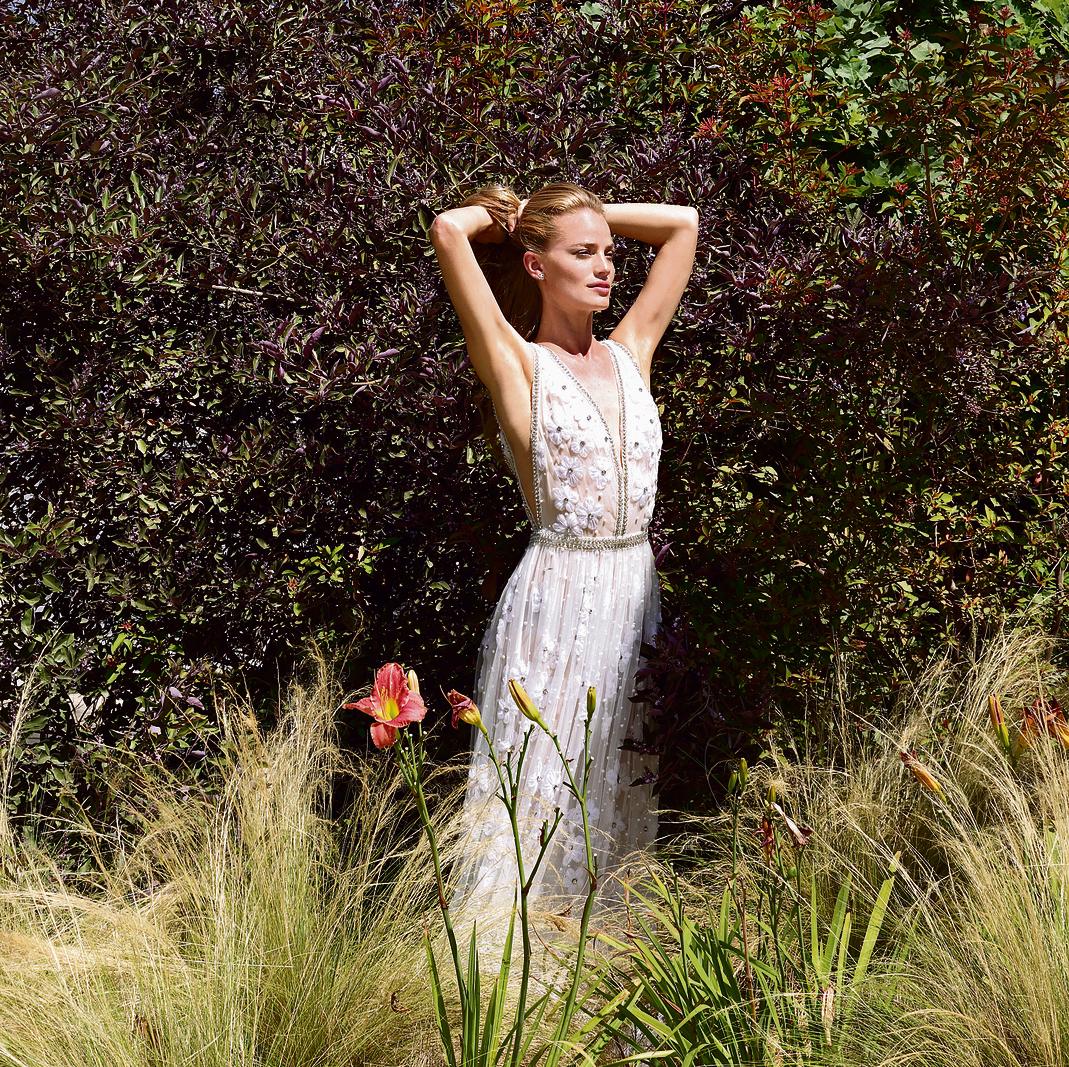 עגילים: פדני, 8,670 שקל | שמלה: דנה הראל, החל מ־ 18 אלף שקל | נעליים: זארה, 199 שקל
