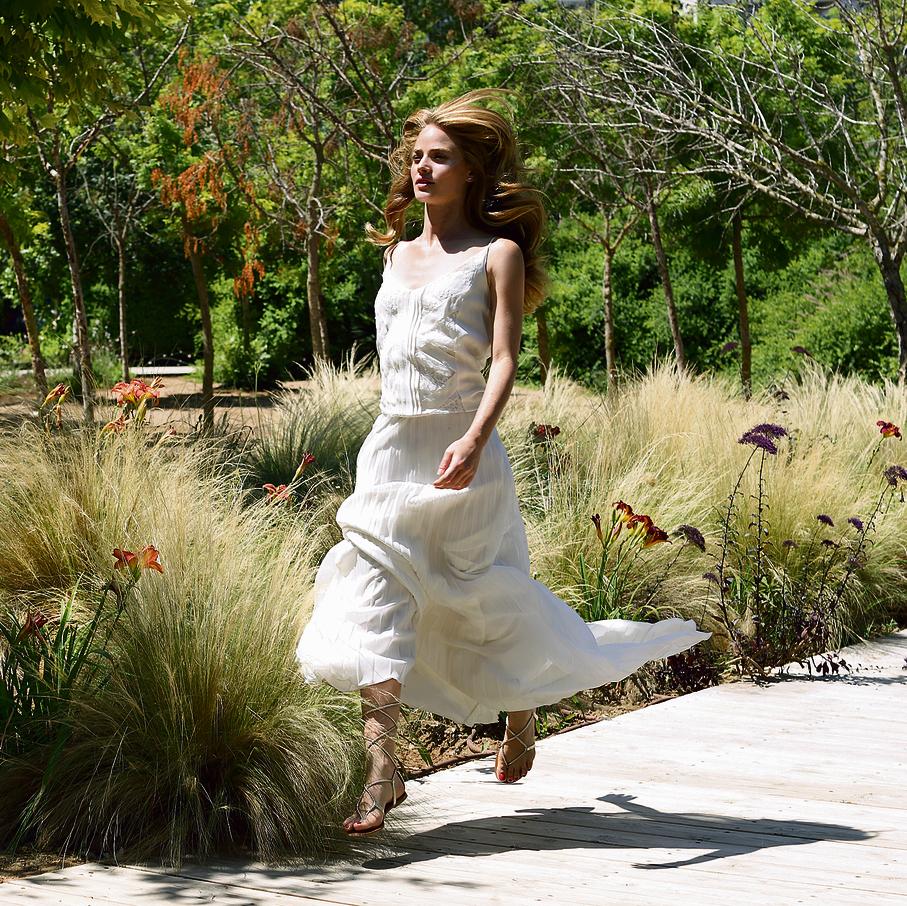 שמלה: ליהי הוד, החל מ־ 16,800 שקל | סנדלים: סטיב מאדן, 350 שקל | עגילים: פנדורה, 369 שקל