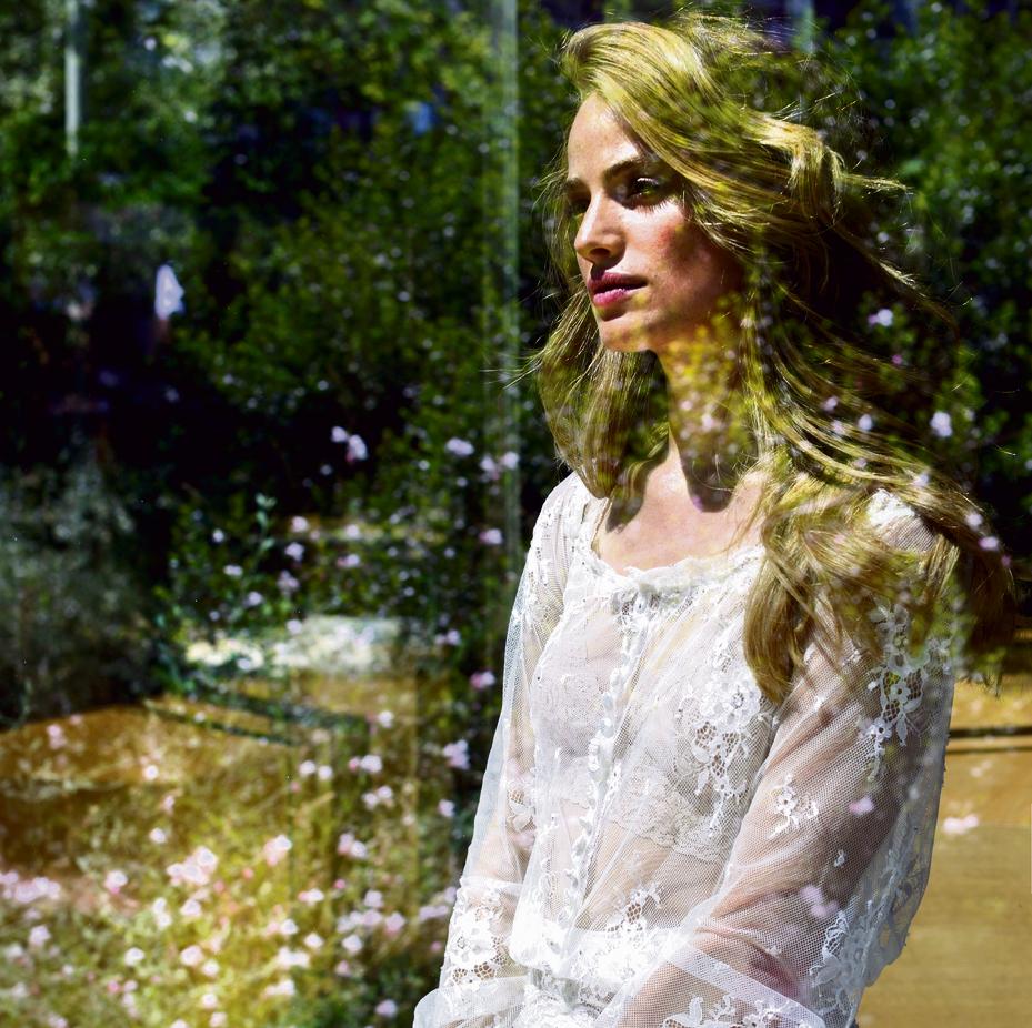 שמלה: ענבל דרור, החל מ־ 12 אלף שקל | חזייה: אפרודיטה, 79 שקל | עגילים: פנדורה, 369 שקל