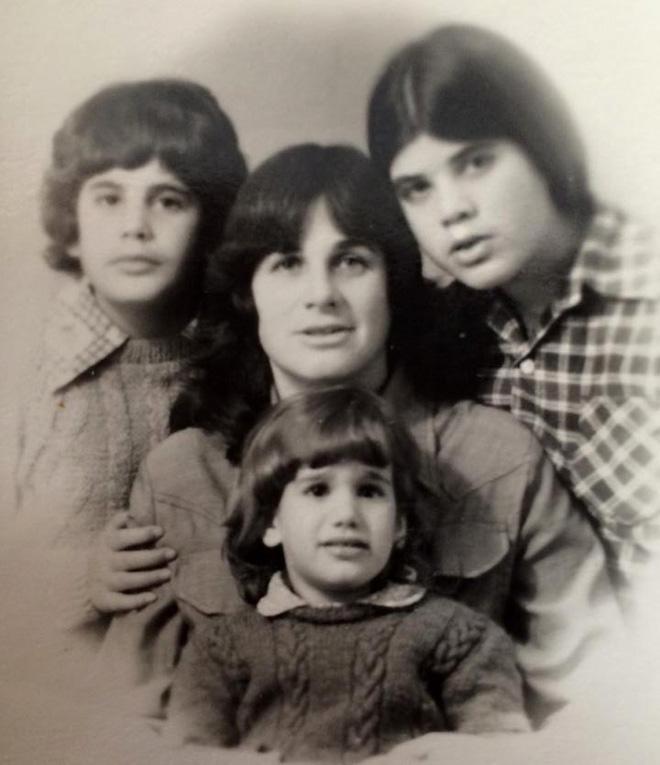 """רותם (בתחתית התמונה) עם אמה ואחיותיה. """"ידעתי שאני עטופה באהבה"""" (צילום: מתוך האלבום המשפחתי)"""