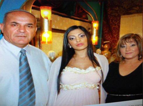 """עם הוריה, חנה ואבי, בחתונתה. """"תומכים בי ומרעיפים עליי המון אהבה"""" (צילום: מתוך אלבום פרטי)"""