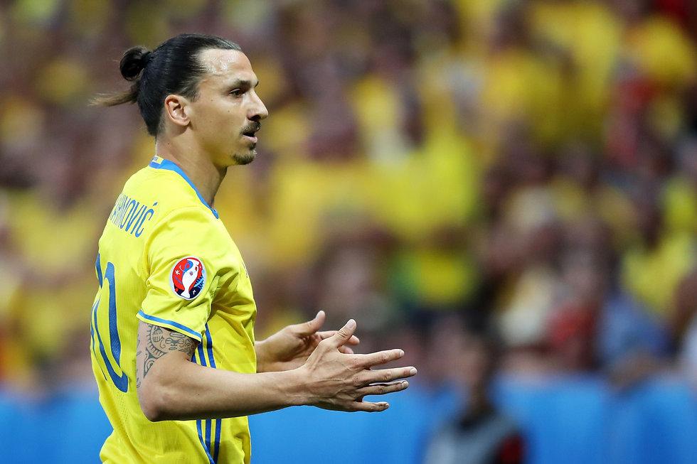 איברהימוביץ' במדי נבחרת שוודיה. יחזור בו? (צילום: AFP) (צילום: AFP)