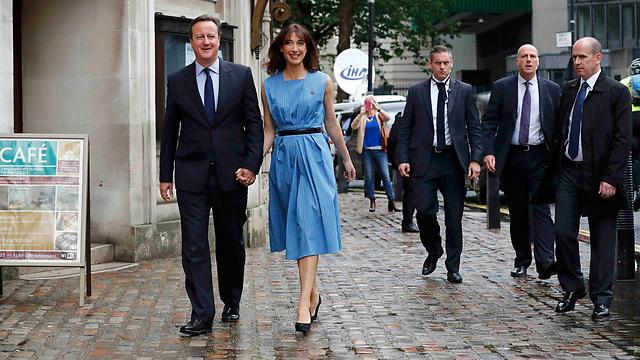הם כבר הצביעו. הזוג קמרון באזור הקלפי בלונדון (צילום: רויטרס)