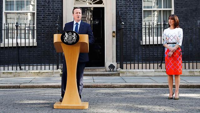 טעה בהימור על משאל העם, לקח אחריות והתפטר. ראש ממשלת בריטניה קמרון לצד רעייתו סמנתה (צילום: רויטרס)