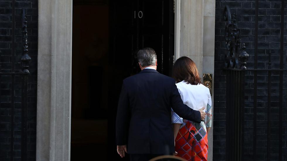 ראש ממשלת בריטניה קמרון נכנס עם רעייתו למעונו אחרי שהודיע כי בכוונתו להתפטר (צילום: gettyimages) (צילום: gettyimages)