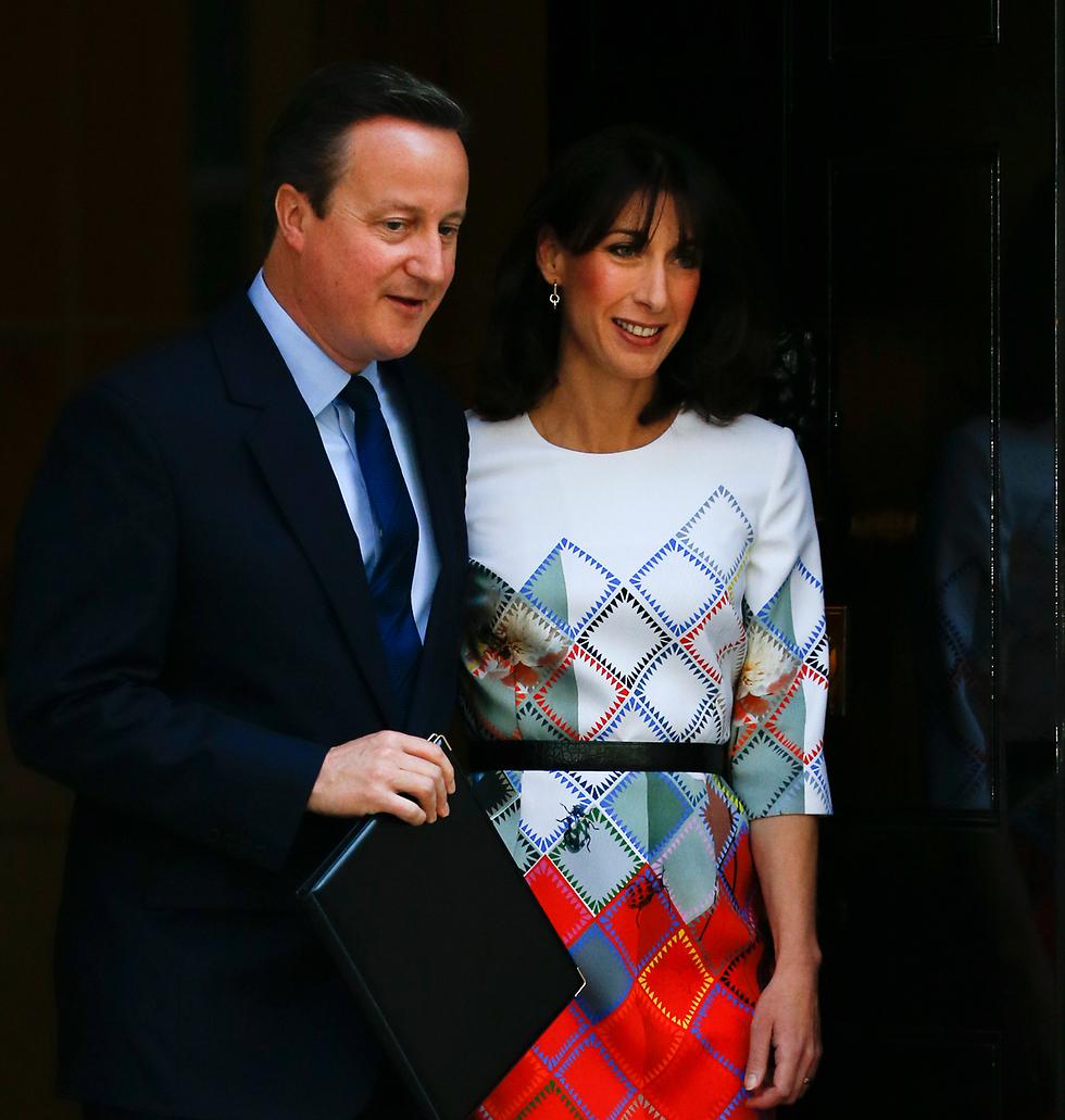 עם הרעייה סמנתה קמרון בדרך לנאום ההתפטרות (צילום: AP) (צילום: AP)