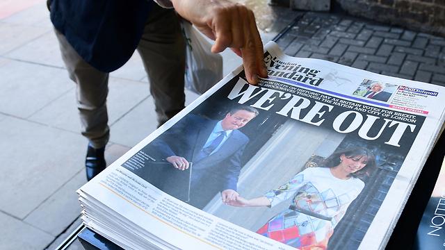 """""""יצאנו"""". עיתוני בריטניה, בבוקר בלונדון (צילום: AFP) (צילום: AFP)"""