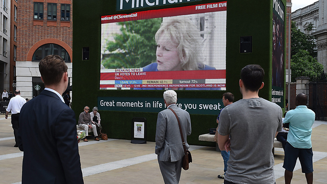 לונדון צפתה בחדשות בעיניים כלות (צילום: EPA) (צילום: EPA)