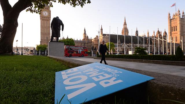 שלט של מחנה ההישארות מוטל בצד הדרך בלונדון (צילום: AP) (צילום: AP)