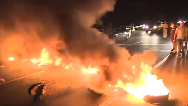 Rioters close off the road to Dhiban (Photo: YouTube)