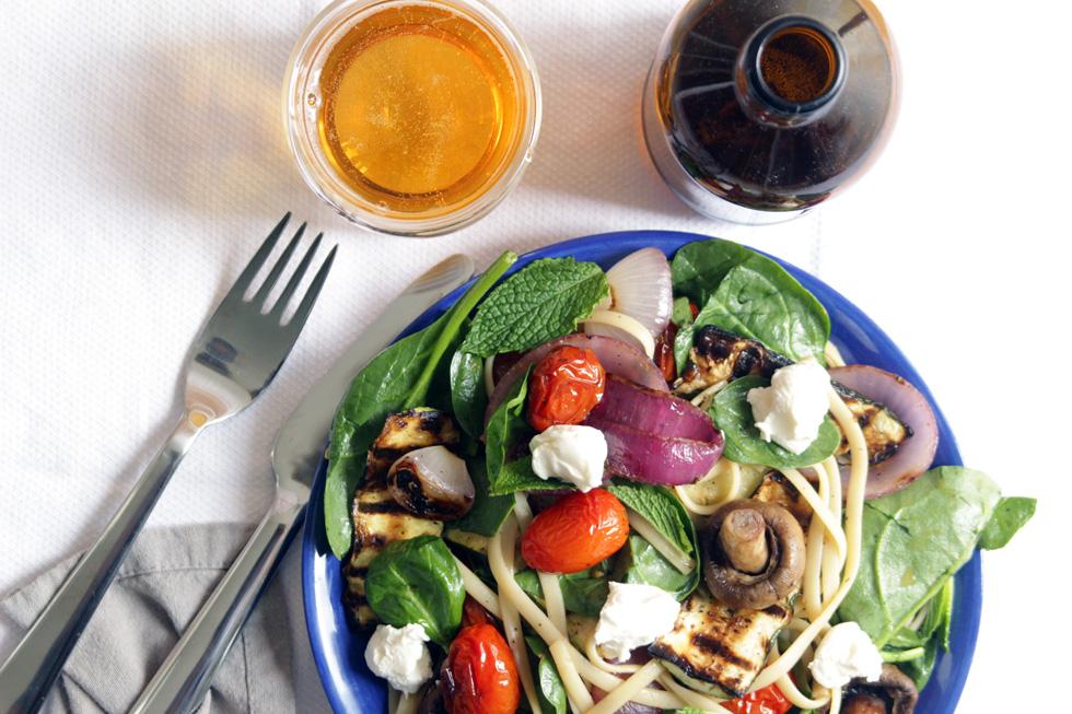סלט פסטה קר עם ירקות צלויים, עשבי תיבול וגבינה (צילום: מיכל שמיר)